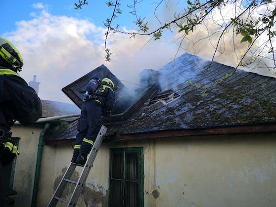 In einem dicht besiedelten Gebiet stand ein Haus in Flammen.