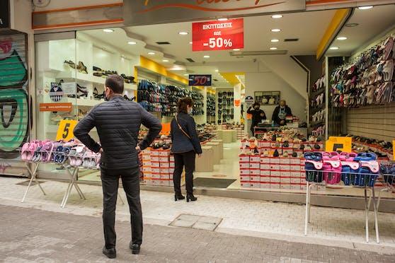 Seit Ostermontag dürfen in vielen Regionen Griechenlands Geschäfte wieder öffnen.