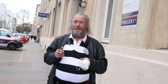 Der Ärger verraucht nur langsam: Albert K. (68) nach seiner Haftstrafe in der Pappenheimgasse.