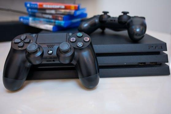 Weil ein 20-Jähriger seinem Freund die Controller der PS4 nicht mehr zurückgeben wollte, kam es in Ried zum handfesten Streit. (Symbolbild).