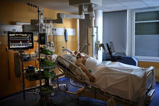 Ein Corona-Patient wird auf einer Intensivstation behandelt.