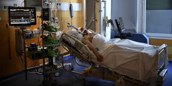 Ein Corona-Patient wird auf einer Intensivstation behandelt. (Archivfoto)