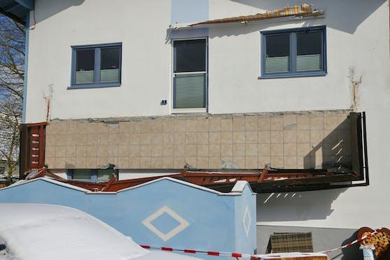 Der Balkon des Zwei-Familienhauses, auf dem es zum tragischen Unfall kam.