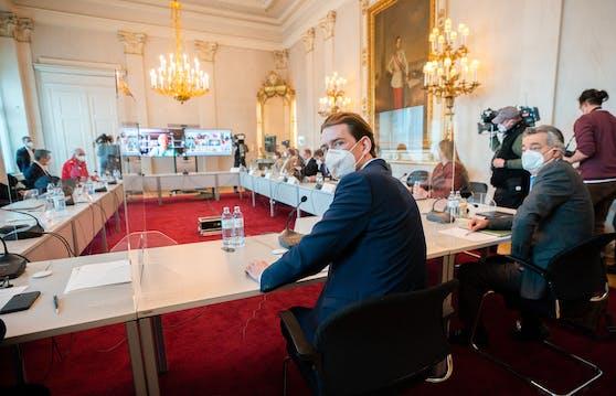 Corona-Gipfel am 6. April 2021: Bundeskanzler Sebastian Kurz (ÖVP) und Vizekanzler Werner Kogler (Grüne) im Rahmen einer Videokonferenz der Bundesregierung mit Experten und den Landeshauptleuten im Bundeskanzleramt in Wien