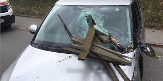 Bei einem Verkehrsunfall in Kapfenberg (ST) bohrte sich ein Zaunpfahl durch die Windschutzscheibe des Autos und verletzte die Lenkerin schwer.