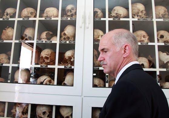 Der ehemalige griechische Premier George Papandreou beim Besuch des Museums in Distomo. In dem Dorf 160 Kilometer nordwestlich von Athen richteten Truppen der Nazis im Juni 1944 ein Blutbad an.