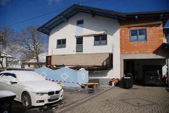 In Lenzing stürzte der Balkon eines Einfamilienhauses in die Tiefe. Eine Frau (55) starb an ihren Verletzungen.
