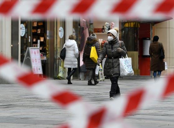 Eine Person mit ihrem Einkauf aufgenommen am Graben in der Wiener Innenstadt. Symbolbild