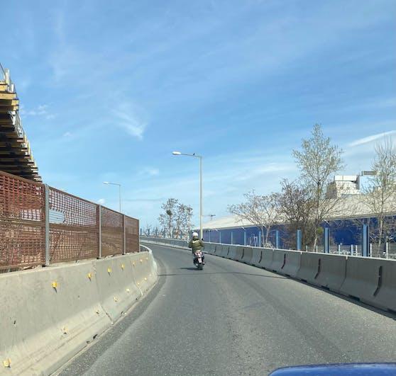 Der Mopedfahrer dürfte nicht auf der Autobahn fahren.