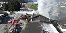 Feuerwehr bekämpft Großbrand in Wohnhaus