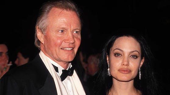 Jon Voight und seine Tochter Angelina Jolie hatten nicht immer das beste Verhältnis. Zu ihrer Scheidung hat der Schauspieler eine klare Meinung.