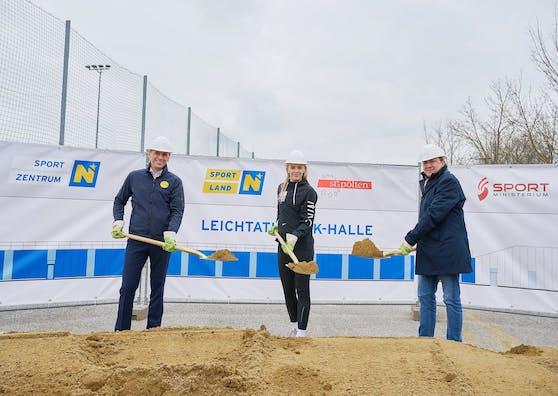 Spatenstich für neue Leichtathletik-Halle mit Sportlandesrat Jochen Danninger, Ivona Dadic und Bürgermeister Matthias Stadler