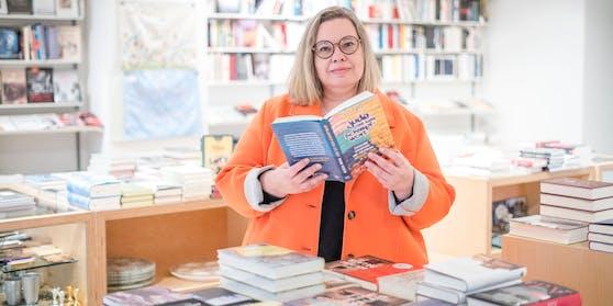 """Schriftstellerin Alexia Weiss mit ihrem neuen Buch """"Jude ist kein Schimpfwort"""" im """"Bookshop Singer""""."""