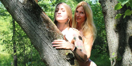 Ein flotter Dreier im Wald: Eva, Elena (hinten) & Baum (Vorname unbekannt)