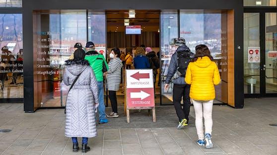 Warteschlange vor der Impf- und Teststraße in Schwaz