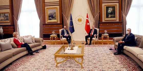 Nichtsdestotrotz setzte sich Von der Leyen auf dem etwas entfernten Sofa hin. Ihr gegenüber saß der türkische Außenminister Mevlüt Cavusoglu, der ebenfalls am Gespräch teilnahm.