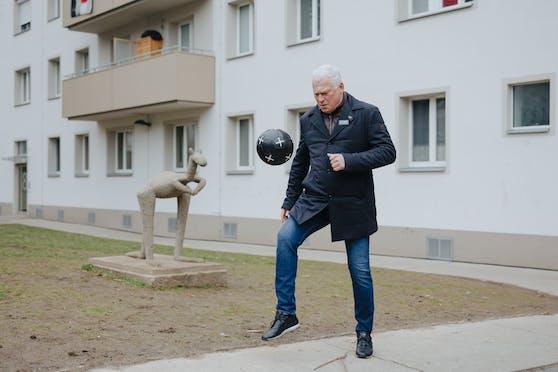 Für den Wiener Wohnen Podcast gaberlte Polster an der Spielstätte seiner Kindheit und Jugend, dem Gemeindebau am Brunnweg 4 in Favoriten.