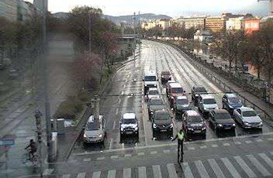 Durch einen Blitzschlag fielen zahlreiche Ampel-Anlagen in Wien aus. Im Bild: ein Polizist regelt den Verkehr bei der Salztorbrücke