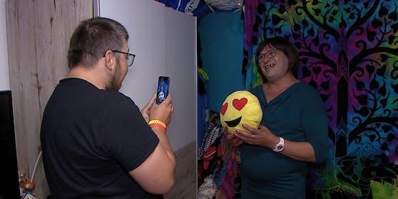 Mit einem Smiley-Kissen und ihrem schönsten Lächeln will Tamara bei der online-Männerwelt punkten.