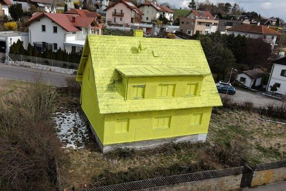 """Ein Traum in gelb! Der Galllneukirchner Leopold Hackl-Lehner (57) verrät im Gespräch mit """"Heute"""" was hinter der gelben Fassade steckt."""