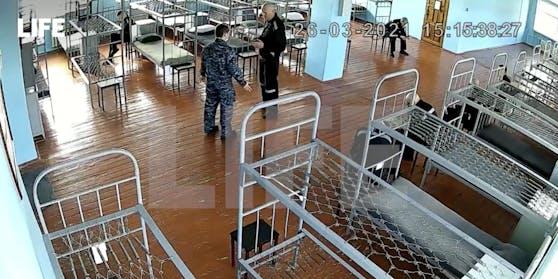 Kreml-Kritiker Alexej Nawalny (links) ist in der Strafkolonie von Pokrow auf die Krankenstation verlegt worden.