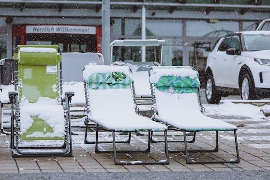 Sommerliegestühle mit Schnee am 7. April 2021 in Zell am See.