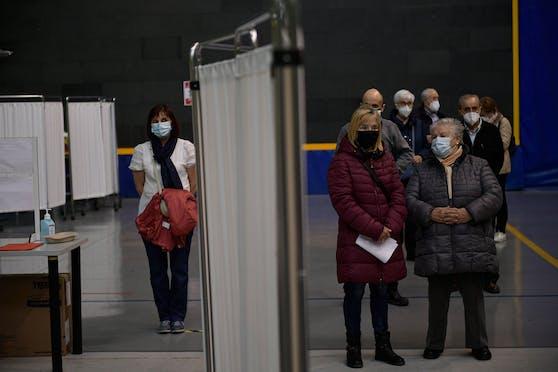 Immer mehr Länder stoppen das Impfen mit AstraZeneca, nachdem mehrere Fälle von Blutgerinnseln bekannt wurden.