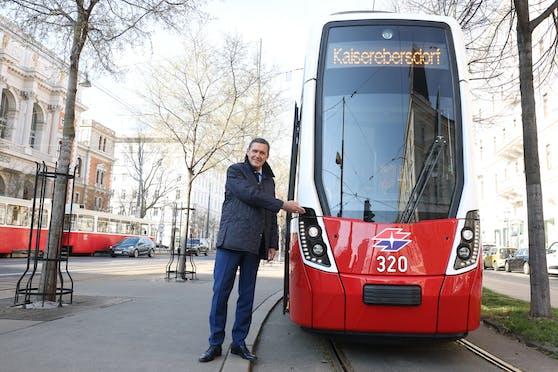 Öffi- und Wirtschaftsstadtrat Peter Hanke (SPÖ) drehte mit dem Flexity eine Runde am Ring.