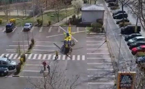 Der Helikopter brachte den Mann ins Krankenhaus.