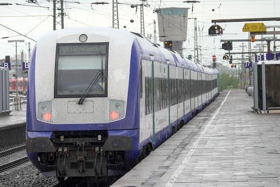 Ein Regionalexpress der Deutschen Bahn auf dem Weg nach Westerland, Sylt. Symbolbild