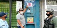 Stadtchef hängt Warnschilder an Häuser von Infizierten