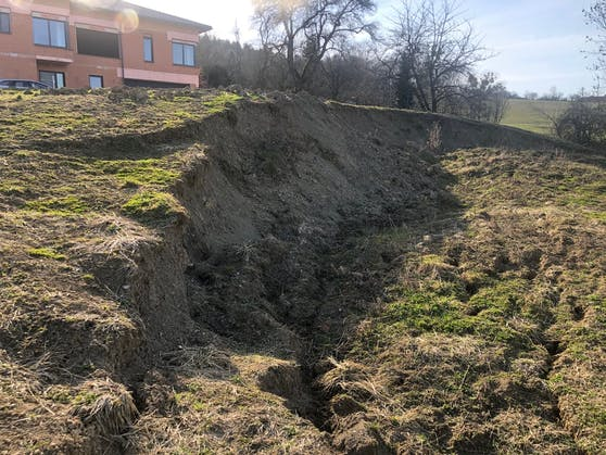 Der Hang am Grundstück von Melanie Biermayr in Alkoven.