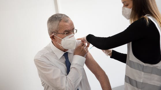 Alexander Van der Bellen bei der Impfung