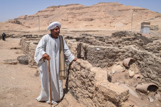 Ausgrabungsleiter Aly Farouk inmitten der Ruinen der wiederentdeckten Stadt.