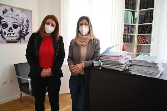Mutter Susanne T. (links) und Rechtsanwältin Susanne Kurtev neben den Aktenbergen