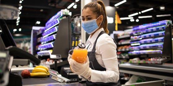 Eine Supermarkt-Mitarbeiterin an der Kassa.