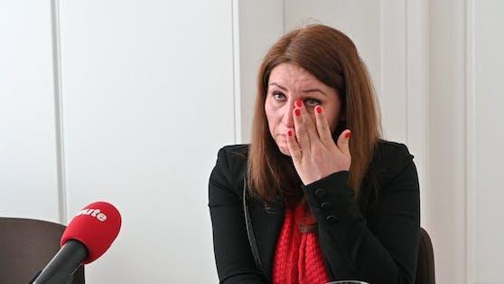 Susanne T. weint um ihre weggenommene Tochter