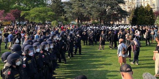 Nach der Eskalation separierte die Polizei den Votivpark in zwei Teile.