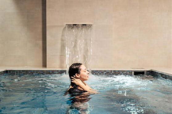 Ohne Maske im Swimmingpool: Wie sicher ist Wellness in Corona-Zeiten? Wir haben nachgehakt.