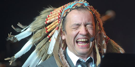 Für seine Auftritte mit dem Warbonnet erntete er heftige Kritik. Doch Rainald Grebeverteidigte die Verkleidung in verschiedenen Interviews.