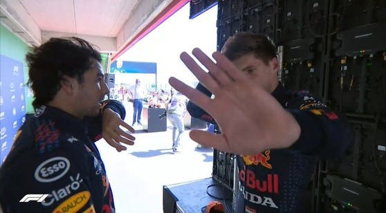 Max Verstappen schickt die Kamera weg.