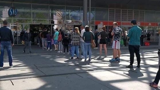 Diese Wiener standen bis zum Vorplatz am Praterstern an.