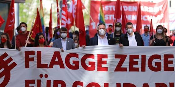 """In Graz gingen rund 350 """"Rote"""" auf die Straße."""
