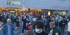 Riesen-Demo vor Verlagshaus von Wolfgang Fellner in Wien