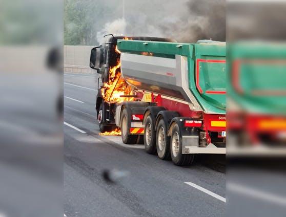 Am Montagmorgen fing ein Lkw plötzlich Feuer.