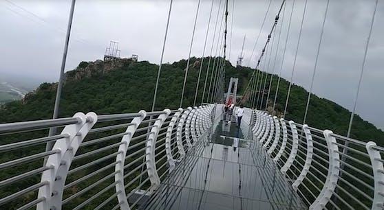 Der Glasboden dieser Brücke in China ist eingebrochen. Im Bild sieht man die Brücke, als der Glasboden noch ganz war.