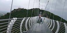 Mann will Brücke überqueren – dann bricht Glasboden weg