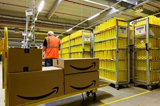 Bei Amazon ist die Zahl gefälschter Angebote im Jahr 2020 im Vergleich zu 2019 um rund zwei Drittel gestiegen. (Symbolbild:Logistikzentrum)