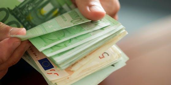 Die EU-Kommission will im Kampf gegen Geldwäsche künftig Barzahlungen über 10.000 Euro verbieten. (Symbolbild)