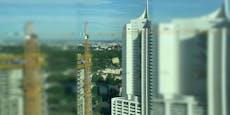 Bauplatte droht wegen Wind auf Reichsbrücke zu stürzen
